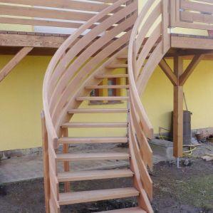 geschwungene Lärchentreppe - Stufen mit Edelstahlbolzen