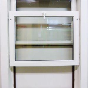 Vertikal-Schiebefenster halb geöffnet